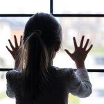 bambina vetro scuola