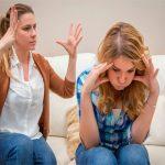 adolescente genitore litigare