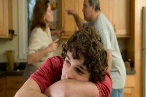 adolescente genitori litigare