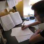 ragazzo compiti studio