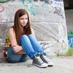 teenager-appoggiata-muro